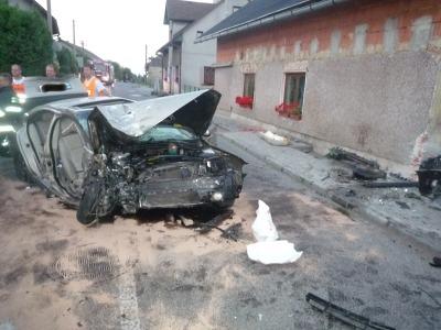 V Jenišovicích narazilo auto do domu, hasiči vyprošťovali zraněného