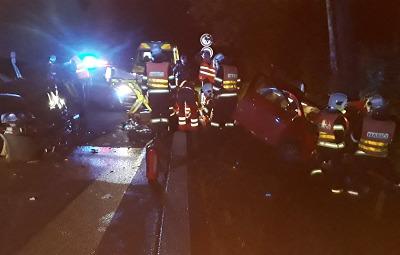 V Rádle se srazila dvě auta, zraněná jedna osoba