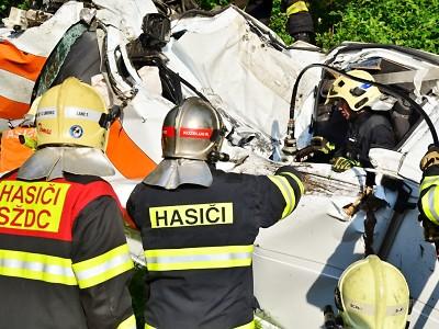 Hasiči vyprošťovali řidiče dodávky, která se ve Stráži střetla s vlakem