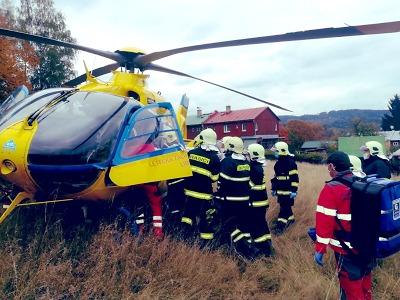 Zdravotníci a hasiči zasahovali při pádu muže z výšky v Desné