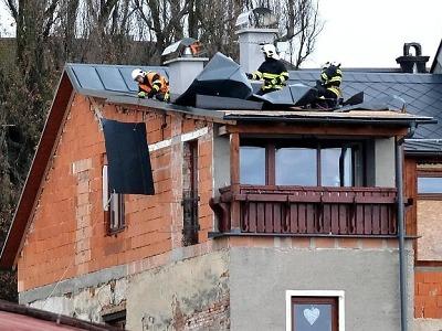 Silný vítr kácí stromy i na Jablonecku, hasiči opět vytáhli motorové pily