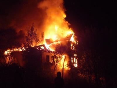 Hořela roubená chalupa v Josefově Dole, škoda je víc než milion korun