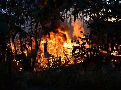 V noci hořela rekreační chata v Jablonci. Okolnosti požáru šetří policie