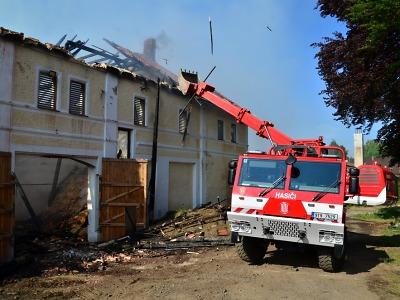 Třetí den hasiči likvidují rozsáhlý požár v Jindřichovicích pod Smrkem