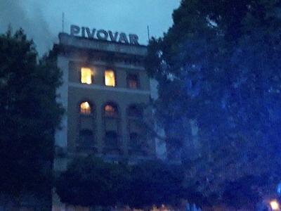 Ve Vratislavicích hoří v areálu pivovaru. Zranili se dva hasiči