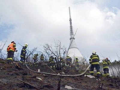 Pod Ještědem hořelo kvůli nedopalku cigarety, hasiči zasahují i jinde