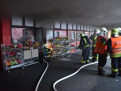 Hasiči likvidovali požár prodejny uprostřed Jablonce