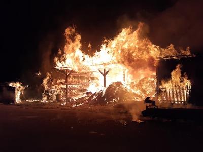 Hasiče zaměstnal požár štěpky v Horní Branné, škoda dva miliony