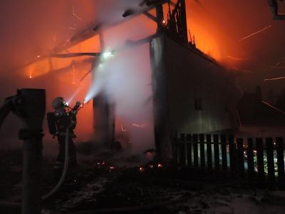 Pět jednotek hasičů likvidovalo požár stodoly v Nové Vsi