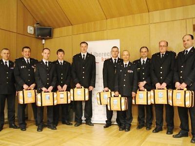 Hasiči převzali na krajském úřadě celkem 36 defibrilátorů