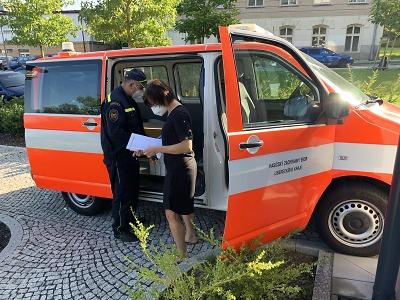 Hasiči rozváželi antigenní testy pro školy v Libereckém kraji