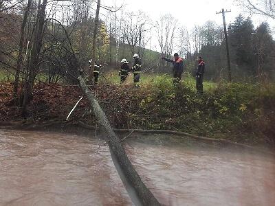 Hasiči odstraňovali v Košťálově z Olešky strom zamotaný v drátech