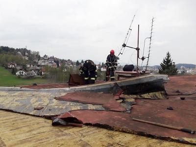 Hasiči vyjížděli k popadaným stromům, v Jablonci vítr sroloval střechu