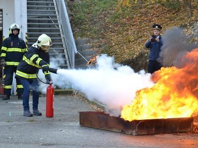 Učitelé se učili jak správně hasit
