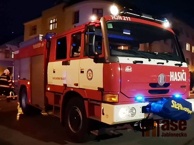 VIDEO: V jablonecké ulici Skřivánčí unikal v obytném domě plyn