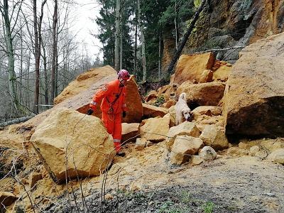 Krajští hasiči vyjížděli k utrženému skalnímu bloku v Lindavě