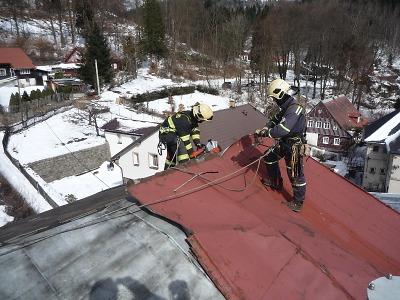 Hasiči zasahovali v Desné u střechy hrozící pádem na silnici