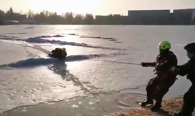 Hasiči zachránili muže, pod kterým praskl led na jablonecké přehradě