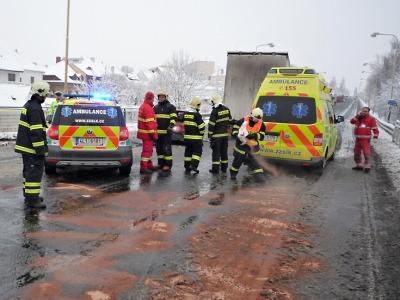 Čerstvý sníh způsobil potíže na silnicích, v Příchovicích uvízl kamion
