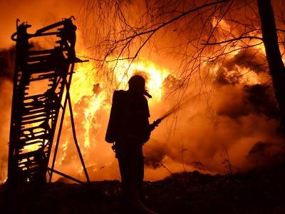 V Arnolticích znovu hoří odpad, hasiči se snaží uchránit halu s uhlím