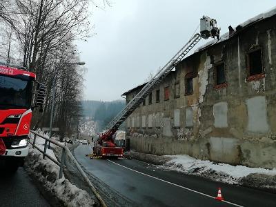 V Tanvaldu padala se sněhem i krytina ze střechy, hasiči ji zabezpečili