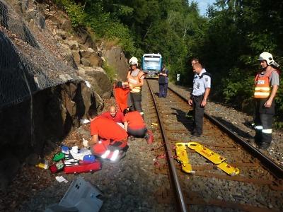 Na železniční trať blízko zastávky Tanvald spadla žena
