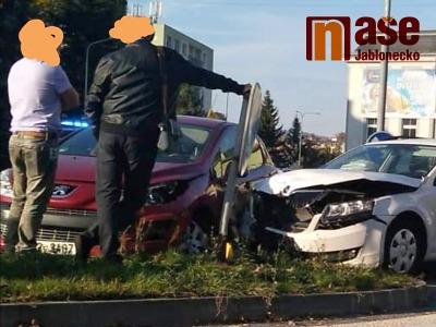 Na jablonecké křižovatce U Balvanu se srazila dvě auta