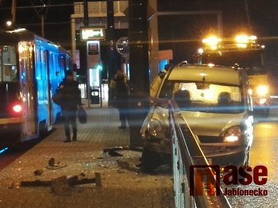 Řidička narazila autem do zábradlí autobusové zastávky v Liberci