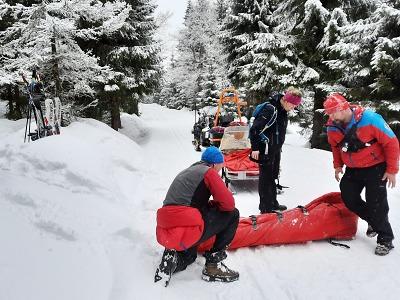 Mladou ženu na loveckých lyžích zachraňovali v Josefově Dole