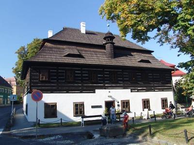 Barokní klenot v Doksech přibližuje rybníky a básníka Máchu