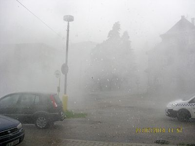 Desnou se prohnala větrná bouře doprovázená krupobitím