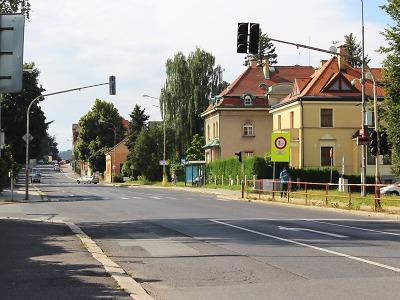 Při průjezdu jabloneckou ulicí Palackého sledujte dopravní značení