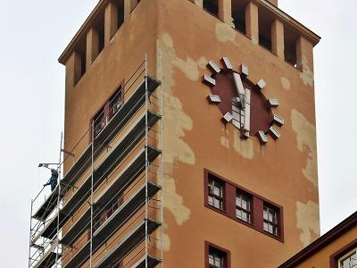 Jabloneckou radnici halí lešení, zastaví se dokonce i hodiny na věži