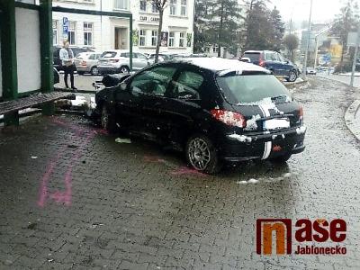 Opilý řidič naboural jabloneckou zastávku U Balvanu