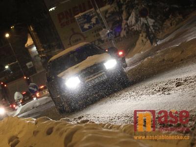 Opilý řidič nezvládl zatáčku a skončil ve sněhovém mantinelu