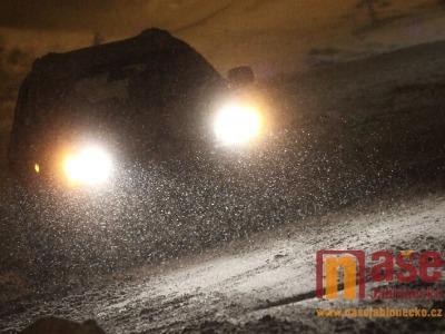 V tanvaldském lese mělo hořet, ale šlo o blikající světla aut