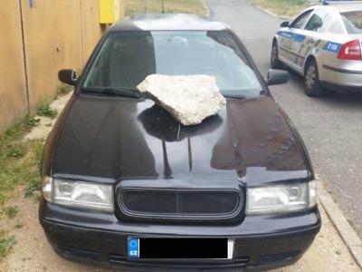 Pořádný kámen přistál na kapotě auta v jablonecké ulici Na Úbočí