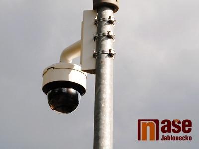 Kamera zachytila zloděje na střeše Kauflandu ve Mšeně
