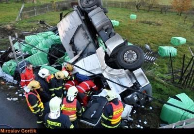 Ženu z kamionu vyprošťovali hasiči 45 minut