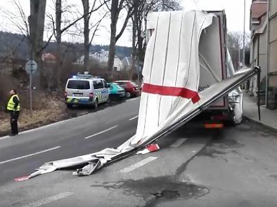 Video: Kamion se nevešel v Jablonci pod železniční most
