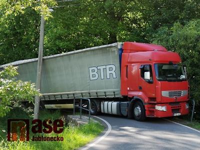 Kamion zablokoval silnici u Hodkovic