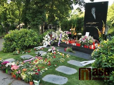 Fanoušci a přátelé si u hrobu připomněli 81. narozeniny Karla Gotta