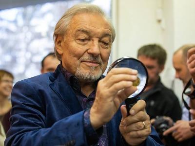 Karel Gott si v jablonecké mincovně osobně vyrazil novou medaili