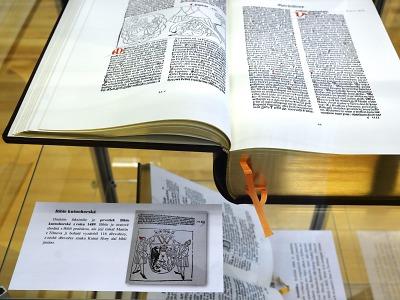Krajská knihovna vystavuje faksimile biblí přeložených do češtiny