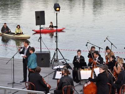 Prázdniny přivítají BomBarďák a učitelé, na přehradě zahraje Svěcený