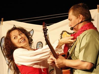 Čapkův pejsek s kočičkou rozezpívali děti v jabloneckém Městském divadle