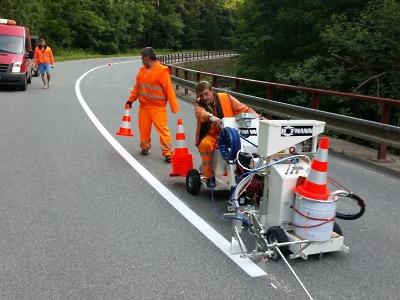 Krajští silničáři dokončují opravy, zaměřují se na vodorovné značení