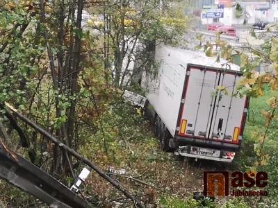 Kamion v Liberci prorazil svodidla a zabrzdil až před plynovou stanicí