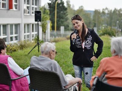 Magda Malá potěšila seniory v jabloneckém domově U přehrady