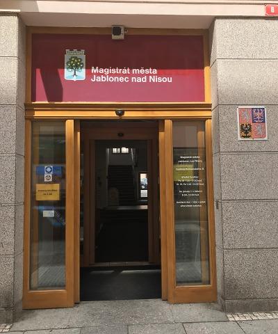 Klienti kvitovali redukci vstupu do budovy v Komenského ulici kladně